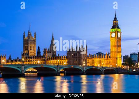 London, Parlamentsgebäude in der Abenddämmerung - Stockfoto