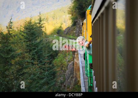 Frau mittleren Alters am White Pass & Yukon Route Zug; Skagway, Alaska - Stockfoto