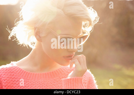 Nachdenkliche junge Frau - Stockfoto