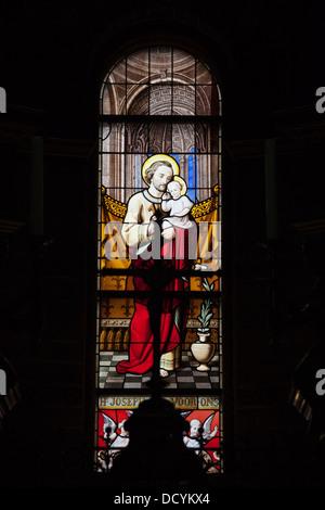 Glasfenster im Saint Nicholas Church (Niederländisch: Sint Nicolaaskerk) in Amsterdam, Holland, Niederlande. - Stockfoto