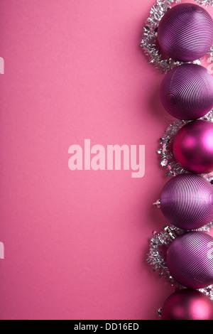 lila Weihnachten Kugeln Grenze - Stockfoto