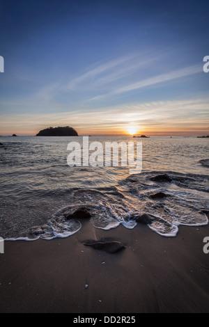 Sonnenaufgang über den Strand von Mount Maunganui, beliebter Badeort in der Bay of Plenty Region, New Zealand. - Stockfoto