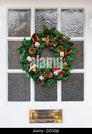 weihnachtskranz an der haust r aufh ngen stockfoto bild. Black Bedroom Furniture Sets. Home Design Ideas