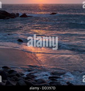 Sonnenlicht reflektieren das Meer bei Sonnenuntergang; Sayulita, Mexiko - Stockfoto