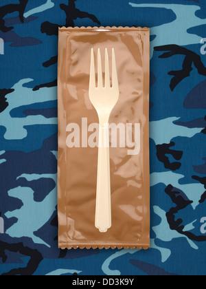 Militärische Essensrationen oder MRE Mahlzeiten bereit zu Essen auf einem getarnten Hintergrund. Pakete zu öffnen - Stockfoto