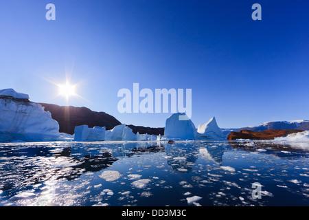 Zwischen den Eisbergen bei Røde Ø, Scoresby Sund, Grönland Kreuzfahrt - Stockfoto