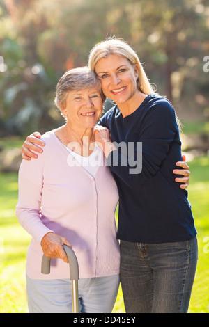 schöne Reife Frau mit der Mutter senior im freien - Stockfoto