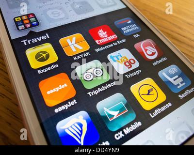 Detail von vielen Reise-apps auf ein iPhone 5 Smartphone - Stockfoto