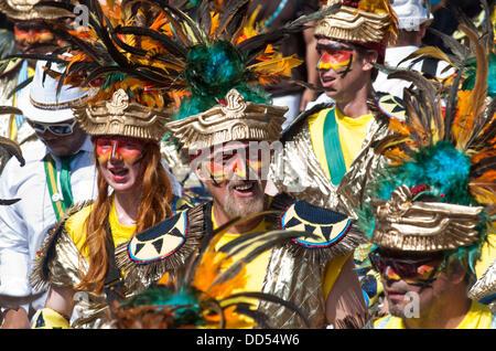 London, UK - 26. August 2013: Nachtschwärmer nehmen Sie Teil an der jährlichen Parade auf dem Notting Hill Carnival. - Stockfoto