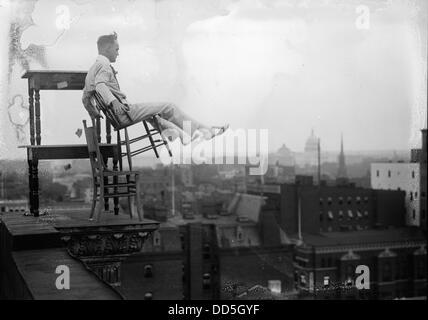 Jammie Reynolds, balancieren auf der auf Stühlen am Rande von einem Hausdach in Washington, DC ca. 1917 - Stockfoto