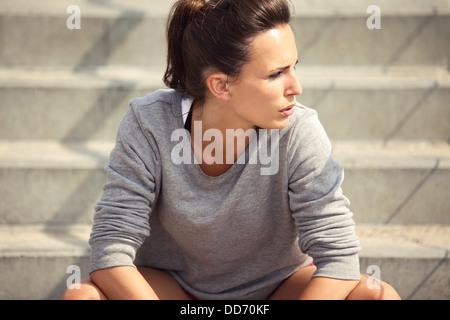 Nahaufnahme eines attraktive weibliche Athleten Erholung nach dem Training - Stockfoto