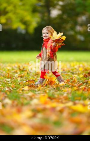 Kleines Mädchen im park - Stockfoto