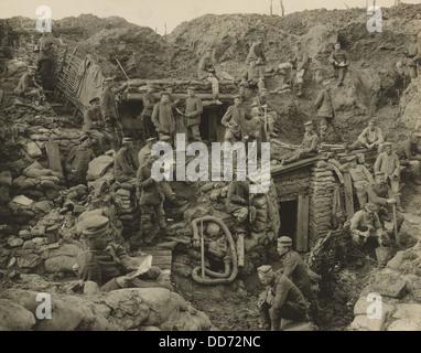 Deutsche Soldaten zum Entspannen in ein umfassendes, mehrstufiges Graben mit verstärkten Wände und mehrere unterirdische - Stockfoto