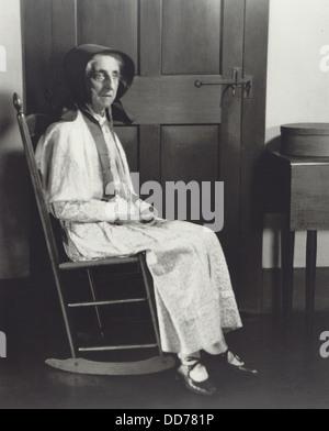 """Schwester Mathilde """"Tillie"""" Schnell, sitzt im Schaukelstuhl auf Hancock Shaker Village in der Nähe von Pittsfield, - Stockfoto"""