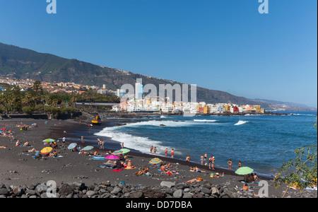 Spanien, Puerto De La Cruz, Ansicht von Menschen am Strand von Playa Jardin - Stockfoto