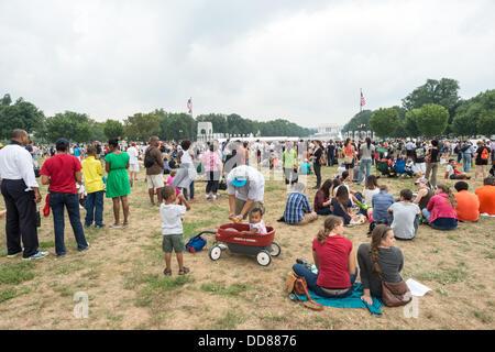 WASHINGTON DC, USA (Okt. 2010) 28, 2013) - Große Menschenmengen auf der National Mall in Washington DC am Gedenken - Stockfoto