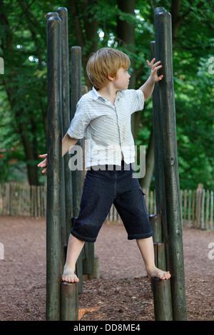 Junge auf einem Klettergerüst im barfuss Park Egestorf, Niedersachsen, Deutschland - Stockfoto