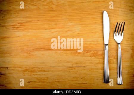 Messer und Gabel auf Holztisch - Stockfoto