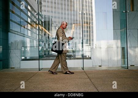 Schwarze Geschäftsmann mit Handy - Stockfoto