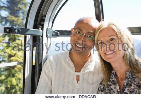 Lächelnde paar mit Gondel - Stockfoto