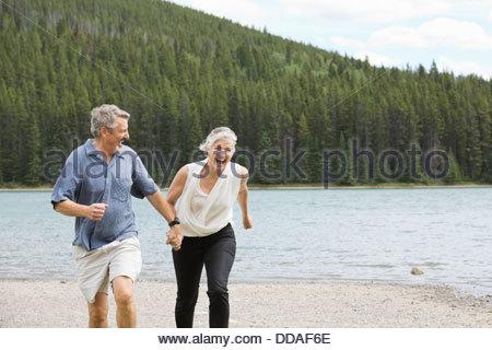 Älteres Paar am Strand - Stockfoto