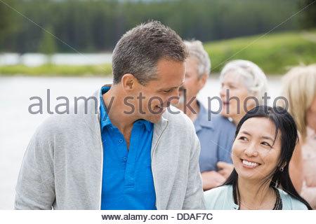 Älteres paar lächelnd am Strand - Stockfoto