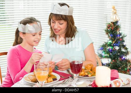 Mutter und Tochter mit einem Weihnachtsessen Stil zusammen - Stockfoto