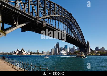 Blick unter der Sydney Harbour Bridge auf das Opera House, Circular Quay und der CBD vom Nordufer. - Stockfoto