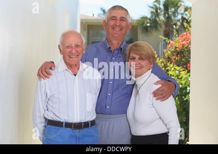 Älterer Vater steht mit seinen älteren Kindern - Stockfoto