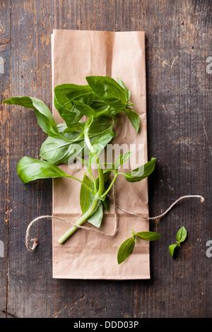 Grüne Basilikum auf strukturierten Hintergrund - Stockfoto