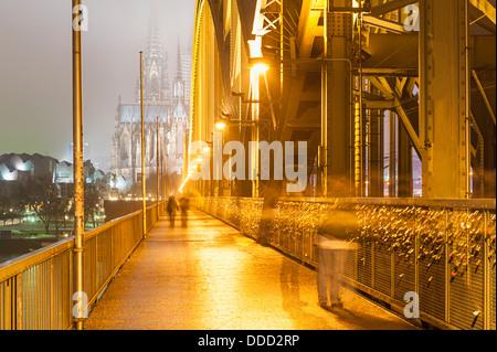 Brücke in Köln bei Nacht - Stockfoto