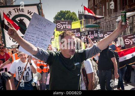 London, UK. 31. August 2013.  Demonstranten ankommen am Trafalgar Square, da Tausende gegen USA und anderen westlichen - Stockfoto