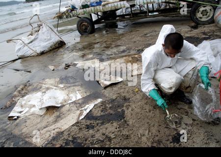 FC Royal Thai Navy Biohazard Anzug Bereinigen einer Ölpest, die an Ao Phrao Beach auf Koh Samed Insel angeschwemmt - Stockfoto