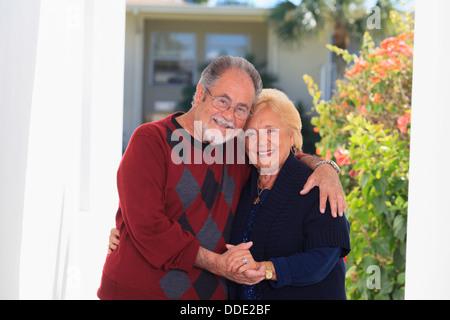 Romantische älteres Paar umarmen einander - Stockfoto