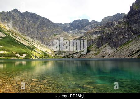 Blick auf den schönen schwarzen Teich Gasienicowy in der hohen Tatra, Polen - Stockfoto