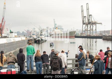 Seattle, USA. 1. September 2013. Fischer versuchen ihr Glück beim Fang von Lachs in Seattle, WA, USA am Sonntag, - Stockfoto