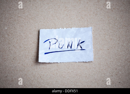 Punk-Nachricht, geschrieben auf Papier auf Karton Hintergrund. Platz für Ihren Text. - Stockfoto