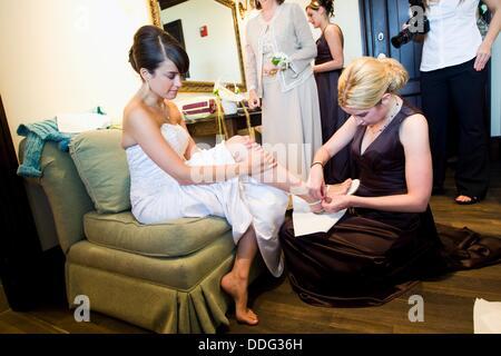 Braut anziehen der Schuhe, weddin Tag, Braut preperatoins - Stockfoto