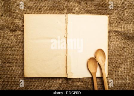 Vintage offen Rezeptbuch mit Altpapier Grunge strukturierte Seiten. - Stockfoto