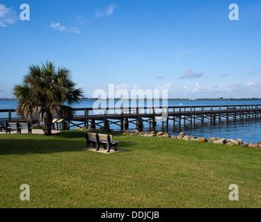 An den Ufern der Indian River Lagune an der Melbourne Beach Pier in Brevard County an der Ostküste von Central Florida - Stockfoto
