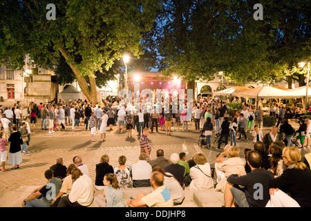 Zuhörer zu einem Konzert auf dem Marktplatz in der Nacht, das Stadtzentrum, Blois, Loir-et-Cher, Loiretal, Frankreich, - Stockfoto
