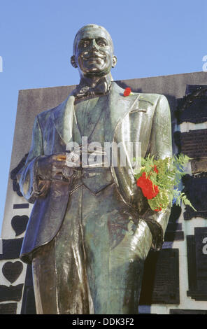Carlos Gardel Statue auf seinem Grab im Friedhof La Chacarita. Buenos Aires. Argentinien. - Stockfoto