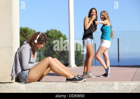 Zwei Teen Girls Mobbing und lustig machen und zeigen ein anderes - Stockfoto