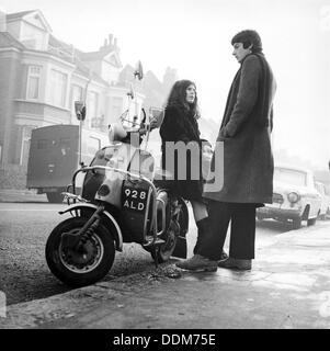 Koppeln Sie mit einem Scooter, London, 1967. Künstler: Henry Grant - Stockfoto