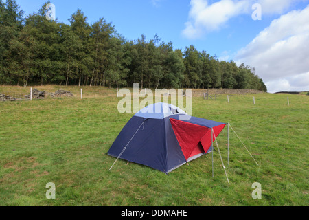 Zelt allein in einem Feld in der Peak-District-Derbyshire - Stockfoto