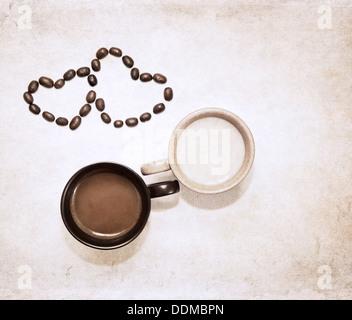 Kunstwerk im Grunge-Stil, zwei Tassen Kaffee und Herz Symbole der Kaffeebohnen - Stockfoto