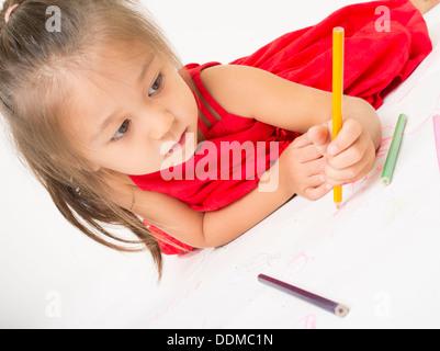 Junges Mädchen Färbung mit Buntstiften - Stockfoto