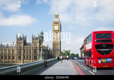 Eine Fahrt über Westminster Bridge in Richtung Big Ben und der Palace of Westminster London-Bus - Stockfoto