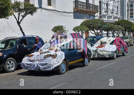 Auto dekoriert für einen religiösen Ritus, in Sucre, Bolivien - Stockfoto