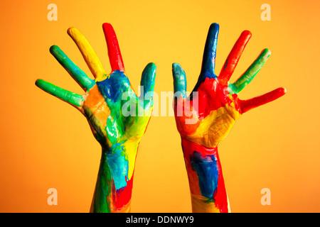 Bunt bemalte Hände - Kreativität / Künstler / künstlerisch / Ideen / Glück / Diversity-Konzept - Stockfoto